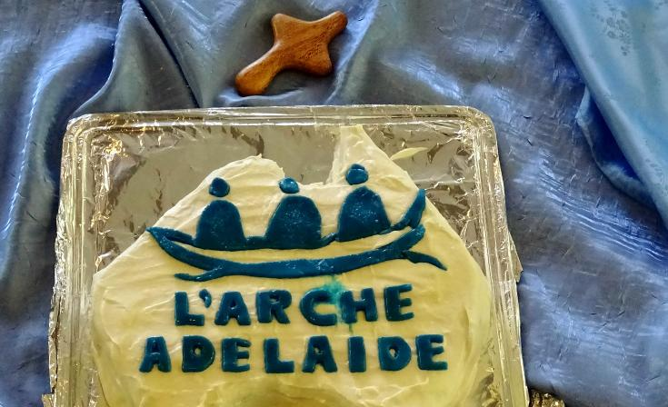 Cake decorated with L'Arche logo